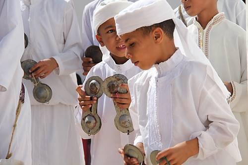 Jeunes gnaoua apprenant à jouer aux crotales