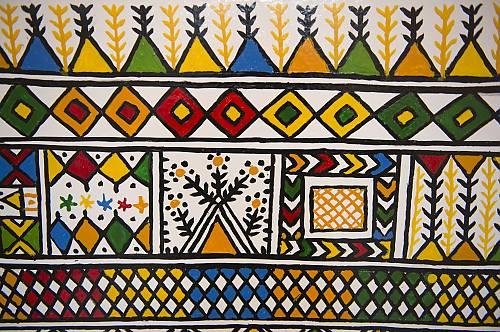 فن القط العسيري وهو فن من فنون النقش والزخرفة التقليدي ة على جدران المنازل برعت فيه نساء منطقة عسير المملكة العربية السعودية التراث غير المادي Unesco
