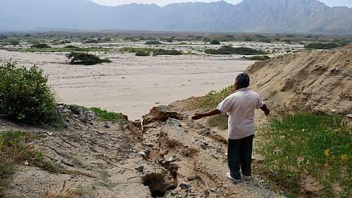 Guérisseur ne pouvant pas réaliser ses rituels en raison des glissements de terrain causés par les inondations, La Libertad, Pérou. Février 2017