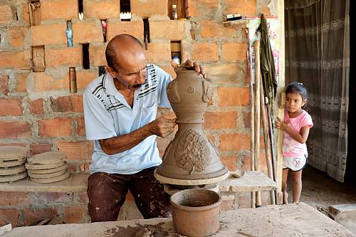 Master potter Herberto Ramírez, the last potter of Mompox, has dedicated himself to the transmission of his knowledge among the new generations, so this traditional craft does not disappear with him