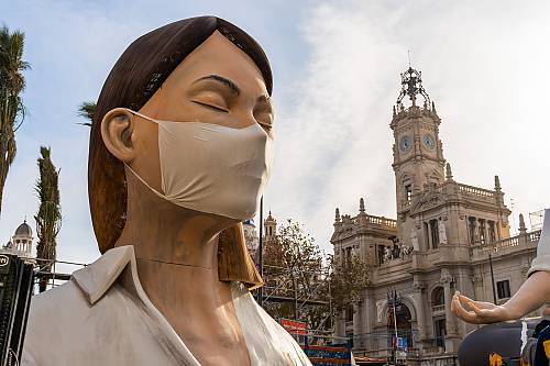 Espagne, 12 mars 2020. La municipalité de Valence a reporté la célébration de Las Fallas qui se tient traditionnellement en mars pour limiter la propagation du coronavirus. Sculpture de femme, les yeux fermés, portant un masque chirurgical.